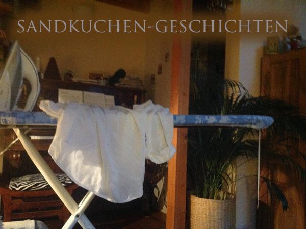 Fernsehen. Symbolbild. Im Hintergrund Klavier, Zimmerpflanze und hauseigener Rewe