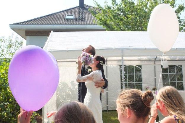 brautpaar-mit-luftballon