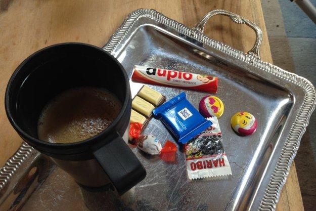 kaffee-auf-silbernem-tablett.jpg