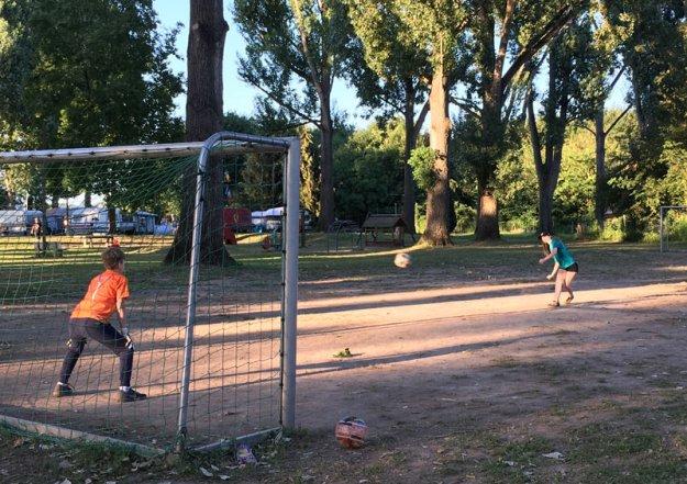 fussballspielende-kinder.jpg