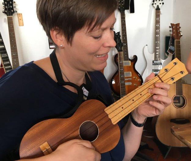 verena-an-der-ukulele.jpg