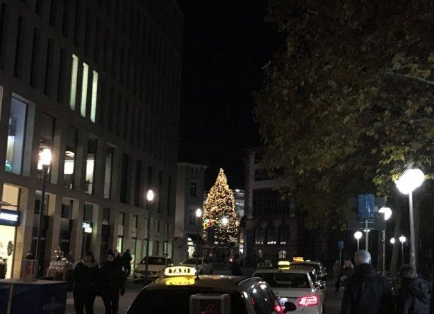 beleuchteter-weihnachtsbaum.jpg