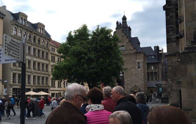 schlange-vor-thomaskirche.jpg